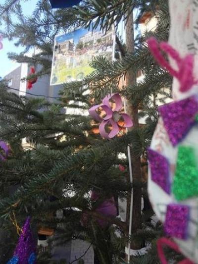 Το κατηχητικό σχολείο Μητροπολιτικού ναού Αγ. Βασιλείου Τριπόλεως στόλισε το δέντρο του στην πόλη!